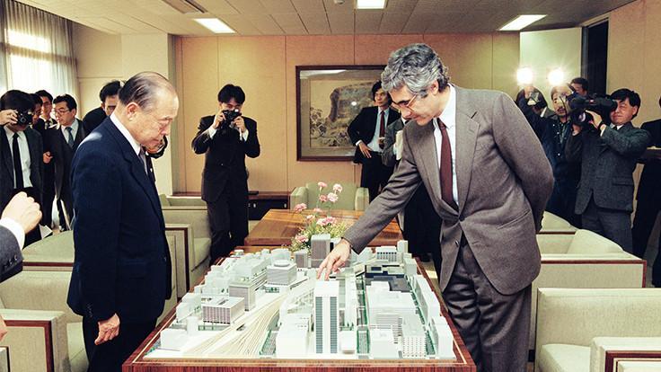 鈴木知事と面会するラファエル・ヴィ二オリ氏(1989年12月18日)写真提供:東京都